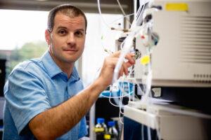 Dwight Stoll in Nobel Hall laboratory